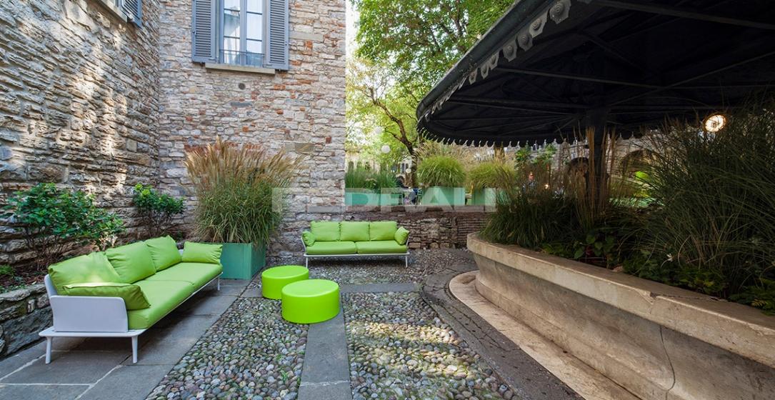 Canapé jardin design confortable Reva Patrick Jouin Pedrali Coussins en mousse pieds aluminium